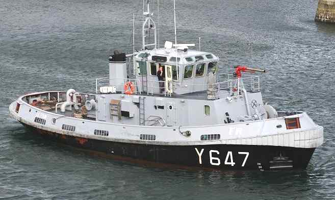 Tugboat Le Four manoeuvering in Brest harbor, France