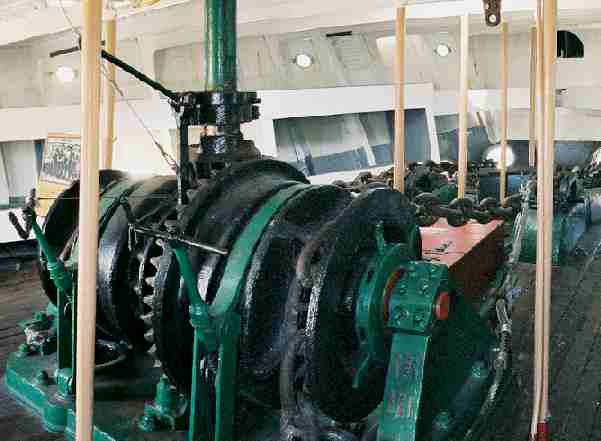 Ships windlass with dual horizontal capstans