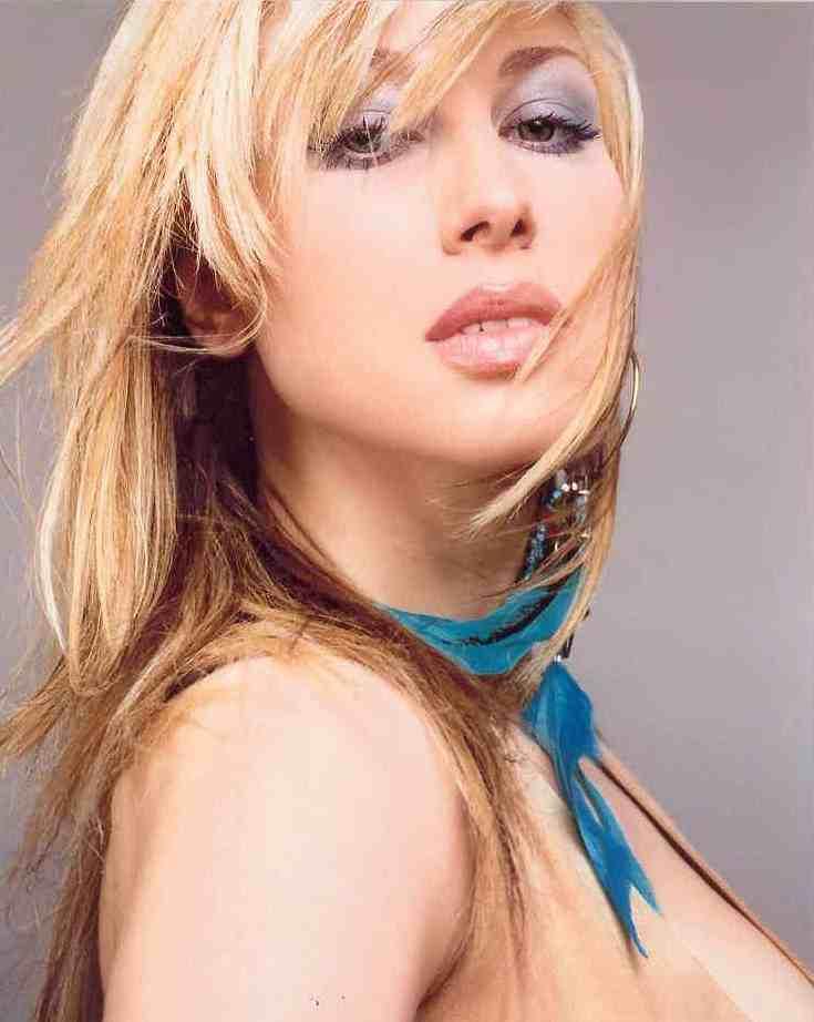 Познай известната личност - Page 2 Mando_greek_pop_star